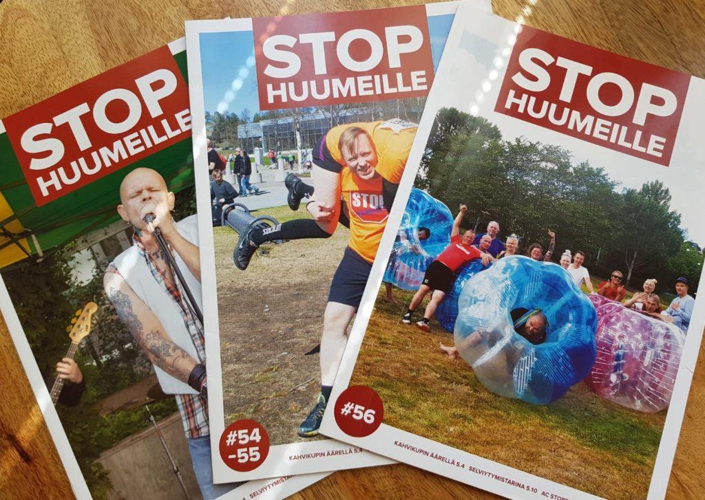 Stop Huumeille ry tuottaa ja myy Stop Huumeille -lehteä. Kuvissa kolme lehteä.