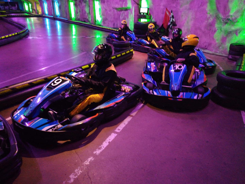 Radalta Himaan -ryhmä ajamassa karting-autoa.