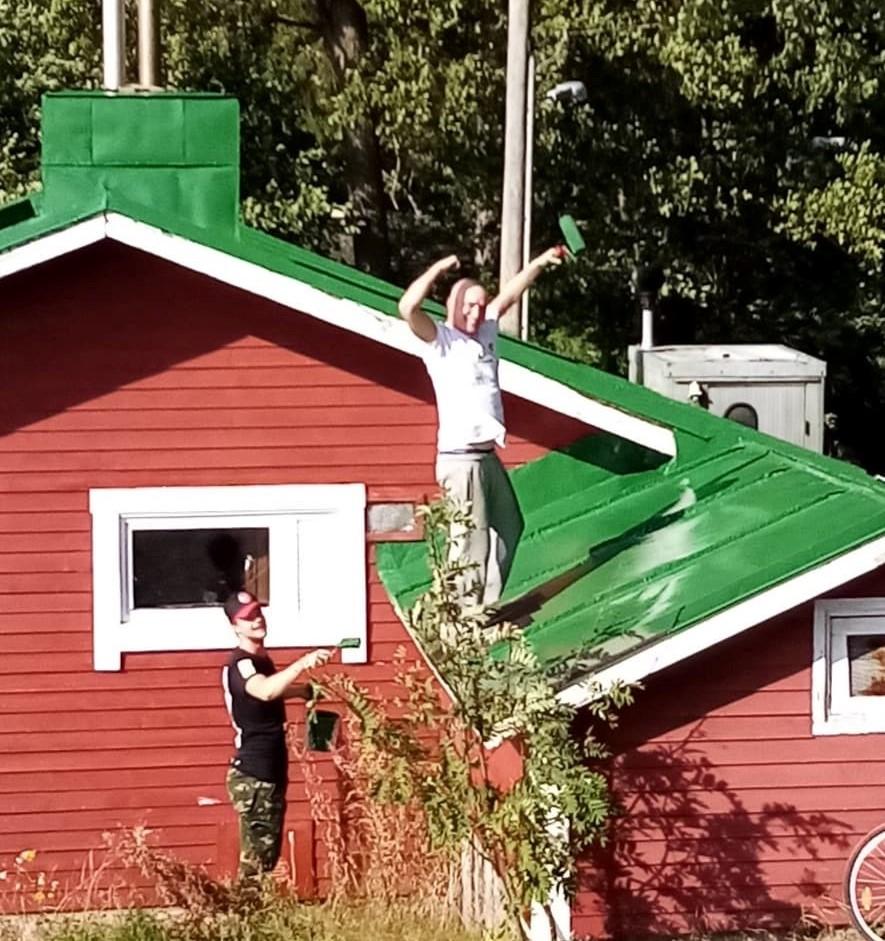 Sotainvalidien Kesämajayhdistyksen sauna Lauttasaaressa kaipasi kattoremonttia.